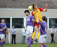 Sparta Heester - SV Anzegem : kopduel met Omar Akbari (l) en Brecht Vandevyver<br /> foto VDB / BART VANDENBROUCKE
