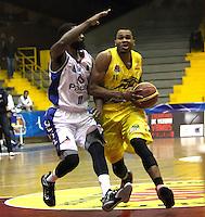 BOGOTA -COLOMBIA, 6-MARZO-2015.  Vee Sanford de Bucaros en accion contra Guerreros de Bogota durante partido de la quinta fecha de la Liga DIRECTV de baloncesto 2015 jugado en el coliseo el Salitre .Guerreros se impuso 92-87 a Bucaros. / Vee Sanford  of Bucaros in action against Guerreros of Bogota during  game of  the fifth round of the liga  DIRECTV 2015 of Basketball  played at the Coliseum Salitre .Guerreros won 92-87 to Bucaros . Photo / VizzorImage / Felipe Caicedo  / Staff