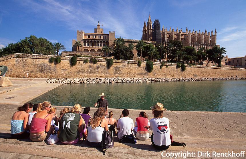 Spanien, Mallorca,Touristen vor Palast Palau de LAlmudaina und Kathedrale La Seu in Palma de Mallorca