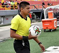 BOGOTA - COLOMBIA, 25-09-2021: Yahir Cardenas, arbitro durante partido de la fecha 11 entre Independiente Santa Fe y Envigado F. C. por la Liga BetPlay DIMAYOR II 2021, en el estadio Nemesio Camacho El Campin de la ciudad de Bogota. / Yahir Cardenas, referee during a match of the 11th date between Independiente Santa Fe and Envigado F. C., for the BetPlay DIMAYOR II 2021 League at the Nemesio Camacho El Campin Stadium in Bogota city. / Photo: VizzorImage / Luis Ramirez / Staff.