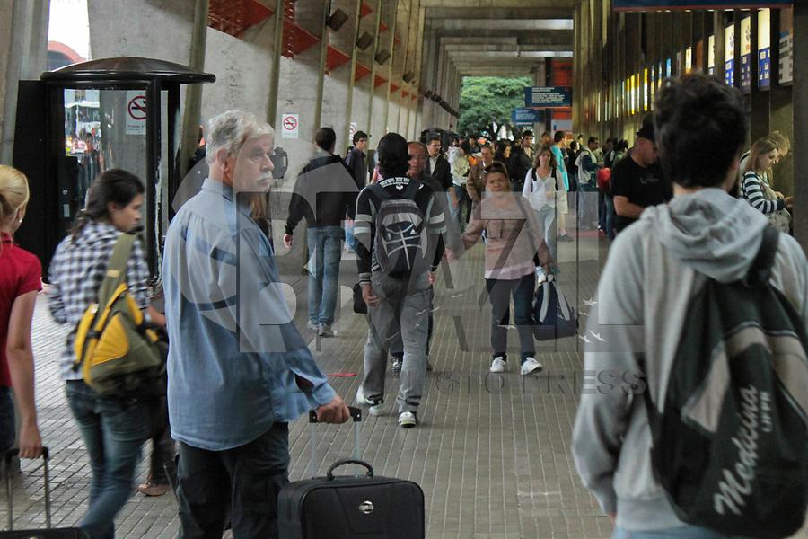 CURITIBA, PR, 02 DE MARÇO DE 2011 – FERIADO DE CARNAVAL – CURITIBA – <br /> Cerca de 54 mil pessoas deverão deixar Curitiba nesta sexta-feira (4) e sábado (5), para aproveitar o feriado de Carnaval na praia ou em outras cidades do Estado, estima a Prefeitura. A previsão é de saída de 1.640 ônibus da Rodoferroviária, movimento 4% maior do que o de 2010, quando 52.045 curitibanos passaram o Carnaval fora da cidade. A previsão é de que na sexta-feira (4), 885 ônibus deixem o terminal, transportando 29.200 passageiros. No sábado (5), o movimento previsto é de 755 coletivos conduzindo 25 mil pessoas. (FOTO: ROBERTO DZIURA JR./ NEWS FREE)