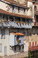 France, Pyrénées-Atlantiques (64), Pays-Basque, Saint-Jean-Pied-de-Port, Vieilles maisons basques sur les rives de la Nive // France, Pyrenees Atlantiques, Basque Country, Saint Jean Pied de Port, Old  houses on the banks of the Nive