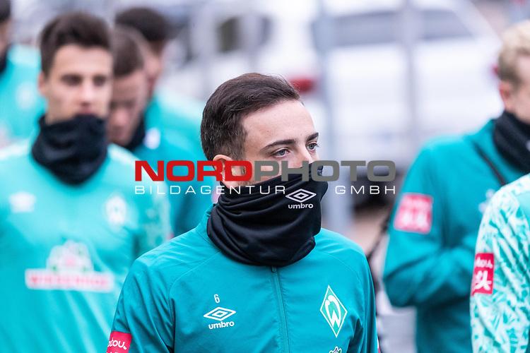 16.11.2020, Trainingsgelaende am wohninvest WESERSTADION - Platz 12, Bremen, GER, 1.FBL, Werder Bremen Training<br /> <br /> <br /> Spieler kommen zum Training mit dabei<br /> <br /> Kevin Möhwald / Moehwald (Werder Bremen #06)<br /> <br /> <br /> <br /> <br /> Foto © nordphoto / Kokenge *** Local Caption ***