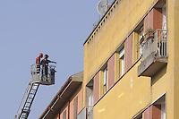 - terremoto in Emilia, i Vigili del Fuoco controllano la stabilità di un palazzo a Crevalcore<br /> <br /> - Emilia earthquake, firefighters control the stability of a building in Crevalcore