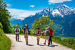 Deutschland, Bayern, Berchtesgadener Land, oberhalb Berchtesgaden: Wanderer auf dem Weg zur Jennerbahn-Mittelstation, hier bietet sich ein fantastischer Ausblick auf den Watzmann (rechts) 2.713 m und im Hintergrund das Steinerne Meer | Germany, Upper Bavaria, Berchtesgadener Land; above Berchtesgaden: hiking trail offering view towards Berchtesgaden Alps with summit Watzmann 2.713 m (right) and Steinerne Meer mountain range at background