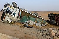EGYPT, Farafra, truck transport potatos from desert farms / AEGYPTEN, Farafra, LKW transportiert Kartoffeln aus Wuestenfarmen nach Kairo