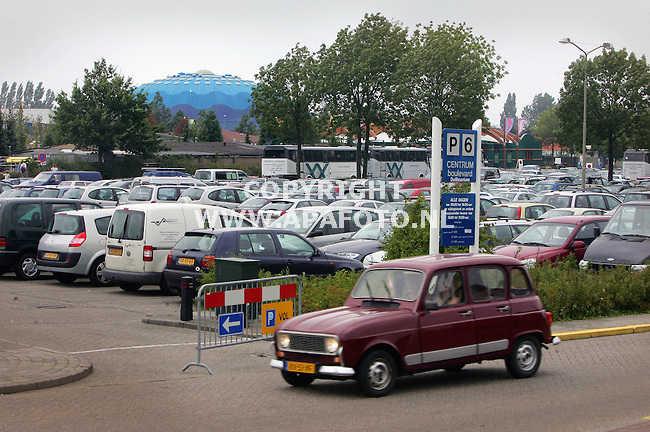 Harderwijk, 010905<br />Het Dolfinarium met ervoor de vele auto's van bezoekers.<br />WATERFRONT<br />Foto: Sjef Prins - APA Foto