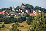 Deutschland, Freistaat Sachsen, Saechsische Schweiz, Stadt Stolpen mit Stadtkirche und auf einem Basaltfelsen liegende Burg Stolpen | Germany, the Free State of Saxony, Saxon Switzerland, town Stolpen with town church and castle Stolpen