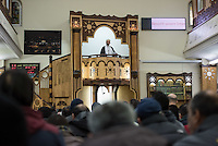 Imam Mohamed Taha Sabri von der Dar Assalam Moschee . Der Imam leitet auch die Neukoellner Begegnungsstaette e.V.. Fuer seine engagierte Arbeit bekam er 2015 den Verdienstordens des Landes Berlin verliehen.<br /> Im Bild: Der Imam bei seiner Predigt beim Freitagsgebet.<br /> 26.2.2016, Berlin<br /> Copyright: Christian-Ditsch.de<br /> [Inhaltsveraendernde Manipulation des Fotos nur nach ausdruecklicher Genehmigung des Fotografen. Vereinbarungen ueber Abtretung von Persoenlichkeitsrechten/Model Release der abgebildeten Person/Personen liegen nicht vor. NO MODEL RELEASE! Nur fuer Redaktionelle Zwecke. Don't publish without copyright Christian-Ditsch.de, Veroeffentlichung nur mit Fotografennennung, sowie gegen Honorar, MwSt. und Beleg. Konto: I N G - D i B a, IBAN DE58500105175400192269, BIC INGDDEFFXXX, Kontakt: post@christian-ditsch.de<br /> Bei der Bearbeitung der Dateiinformationen darf die Urheberkennzeichnung in den EXIF- und  IPTC-Daten nicht entfernt werden, diese sind in digitalen Medien nach §95c UrhG rechtlich geschuetzt. Der Urhebervermerk wird gemaess §13 UrhG verlangt.]