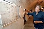 Foto: VidiPhoto<br /> <br /> NUMANSDORP – De Stichting Fort Buitensluis heeft ambitieuze plannen om het verdedigingswerk uit de 18e eeuw ingrijpend te renoveren en er een toeritische attractie van te maken. De kosten daarvoor bedragen zo'n 4 miljoen euro. Fort Buitensluis ligt aan het Hollands Diep in Numansdorp, gemeente Hoeksche Waard. Foto: In een van de manschappenruimten hangen kaarten en foto's van het fort.