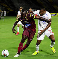 IBAGUE-COLOMBIA, 23-02-2020: Juan Fernando Caicedo de Deportes Tolima y Edwin Velasco de America de Cali disputan el balon durante partido entre Deportes Tolima y America de Cali, de la fecha 10 por la Liga BetPlay DIMAYOR I 2020, jugado en el estadio Manuel Murillo Toro de la ciudad de Ibague. / Juan Fernando Caicedo of  Deportes Tolima and Edwin Velasco of America de Cali vie for the ball during a match between Deportes Tolima and America de Cali of the 10th date for the Liga BetPlay DIMAYOR I 2020, played at Manuel Murillo Toro stadium in Ibague city. / Photo: VizzorImage / Juan Torres / Cont.