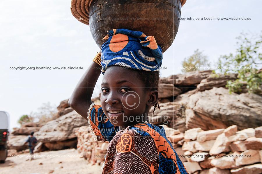 MALI,  Bandiagara, Dogonland, habitat of the ethnic group Dogon, girl carry calabass on the head