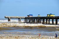 TRAMANDAI, RS, 06/02/2021 - RESSACA – LITORAL – Forte ressaca do mar geram ondas altas e o avanço da água na beira da praia, devido à ocorrência de um ciclone extratropical que atinge o oceano, na plataforma de Tramandaí, no Litoral Norte gaúcho, neste sábado (6).