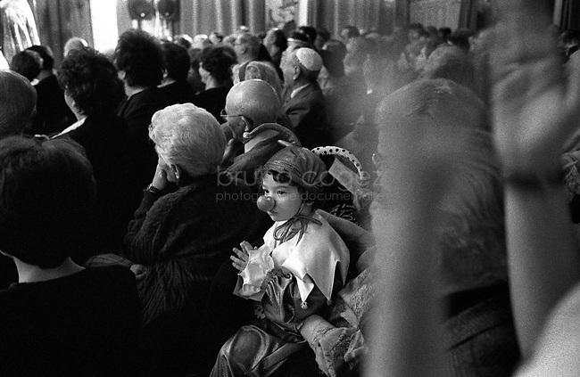 ROMANIA, Bucharest,  March of 2002..Purim celebration in the Cultural Jewish Center in Bucharest. 900,000 Jews lived in Romania before the war. They are now less than 12,000 in  Romania and 6000 in Bucharest. .ROUMANIE, Bucarest, Mars 2002..Célébration de Pourim au Centre Culturel Juifs de Bucarest. 900000 Juifs vivaient en Roumanie avant la guerre. Ils sont aujourd'hui moins de 12000 en Roumanie dont 6000 à Bucarest..© Bruno Cogez