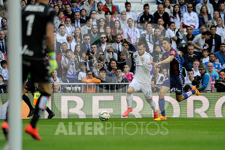 Real Madrid´s Jese Rodriguez and Eibar´s Didac Vila during 2014-15 La Liga match between Real Madrid and Eibar at Santiago Bernabeu stadium in Madrid, Spain. April 11, 2015. (ALTERPHOTOS/Luis Fernandez)