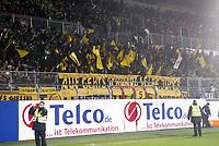 Fans von Borussia Dortmund mit ihren Fahnen