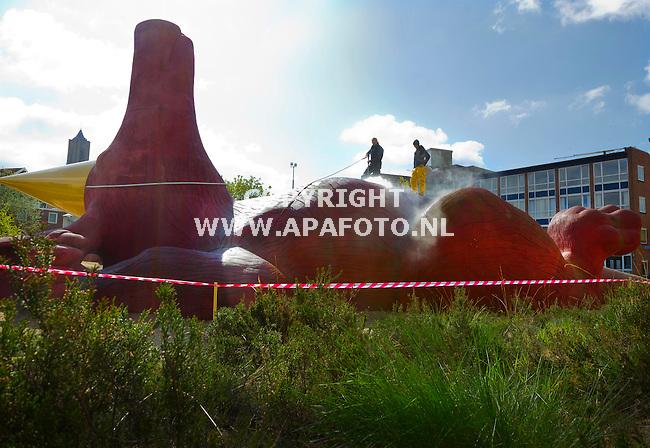 Arnhem, 220415<br /> Anderhalf jaar ligt het aardvarken, kado van Burgers Zoo, in het centrum van Arnhem klaar voor spelende kinderen. Nu is het tijd voor een grote schoonmaak. De makers van het gevaarte, Arthur Pietersen en Job Saltzhen  spuiten het schoon met een hogedrukspuit. Het varken lijkt te genieten van het gekriebel op zijn buik. <br /> Foto: Sjef Prins - APA Foto