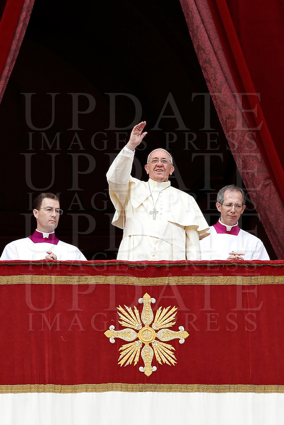 "Papa Francesco saluta i fedeli dopo aver impartito la Benedizione Urbi et Orbi in occasione del Natale, dalla loggia centrale della Basilica di San Pietro, Citta' del Vaticano, 25 dicembre 2013.<br /> Pope Francis waves to faithful after delivering the ""Urbi et Orbi"" (""to the City and to the World)"" blessing on the occasion of the Christmas day from the central loggia of St. Peter's Basilica, Vatican, 25 December 2013.<br /> UPDATE IMAGES PRESS/Isabella Bonotto"