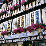 France, Brittany, Départements Finistère, Quimper: Decorated souvenir shop | Frankreich, Bretagne, Département Finistère, Quimper: reichlich geschmueckter Andenkenladen