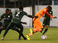 ENVIGADO -COLOMBIA-15-08-2017: Joseph Cox (Der) jugador de Envigado FC disputa el balón con Dairyn Gonzalez (Izq) jugador de La Equidad durante partido por la fecha 8 de la Liga Águila II 2017 realizado en el Polideportivo Sur de la ciudad de Envigado. / Joseph Cox (R) player of Envigado FC fights for the ball with Dairyn Gonzalez (L) player of La Equidad during match for the date 8 of the Aguila League II 2017 played at Polideportivo Sur in Envigado city.  Photo: VizzorImage/ León Monsalve / Cont