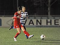 AA GENT LADIES - FC TWENTE :<br /> Voorzet Larissa Wigger (L), terwijl Evy De Smedt (R) toekijkt<br /> foto Dirk Vuylsteke / Nikonpro.be