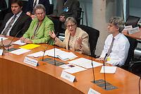 In der ersten Sitzung des Petitionsausschuss in der Legislaturperiode 2014 wurde die Petition zum Erhalt der Kuenstlersozialkasse (KSK) behandelt.<br />Mit der Petition soll erreicht werden, dass saemtliche Unternehmen die freischaffende Kuenstlerinnen und Kuenstler beschaeftigen, spaetestens nach vier Jahren von der Deutschen Rentenversicherung daraufhin geprueft werden ob sie ihrer Abgabepflicht nach dem Kuenstlersozialversicherungsgesetz nachkommen.<br />Vlnr.: Dr. Th. Schotten, Leiter des Ausschussdienst; Kersten Steinke, MdB Linkspartei, Ausschussvorsitzende; G. Loesekrug-Moeller, Parlamentarische Staatssekretaerin; sowie ein Mitarbeiter des Ministeriums fuer Arbeit und Soziales.<br />17.3.2014, Berlin<br />Copyright: Christian-Ditsch.de<br />[Inhaltsveraendernde Manipulation des Fotos nur nach ausdruecklicher Genehmigung des Fotografen. Vereinbarungen ueber Abtretung von Persoenlichkeitsrechten/Model Release der abgebildeten Person/Personen liegen nicht vor. NO MODEL RELEASE! Don't publish without copyright Christian-Ditsch.de, Veroeffentlichung nur mit Fotografennennung, sowie gegen Honorar, MwSt. und Beleg. Konto:, I N G - D i B a, IBAN DE58500105175400192269, BIC INGDDEFFXXX, Kontakt: post@christian-ditsch.de]
