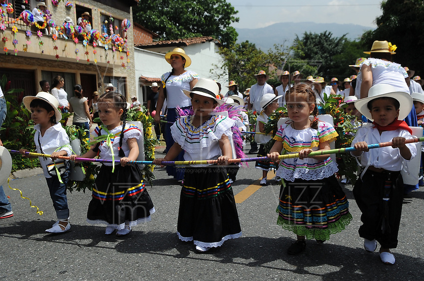 MEDELLÍN - COLOMBIA, 02-08-2014. El tradicional desfile de silleteritos se realizó hoy, 02 agosto de 2014, por las calles de Medellín  como un evento más de la versión 57 de la Feria de las Flores 2014 que se realiza en la capital de Antioquia./ The tradictional Silleteritos parade was made today, 02 July 2014, by the streets of Medellin as one event more of the 57th version of Flower Fair 2014 that takes place in the Antioquia's capital. Photo: VizzorImage / Luis Rios/ Str