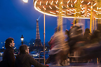 Europe/France/Ile-de-France/75001/Paris : Manège  forain  sur la Place de la Concorde  et en fond la Tour Eiffel [Non destiné à un usage publicitaire - Not intended for an advertising use]