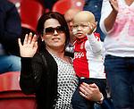 Nederland, Amsterdam, 10 mei 2015<br /> Eredivisie<br /> Seizoen 2014-2015<br /> Ajax-SC Cambuur<br /> Nathaniel Roggeveld, die lijdt aan aneuroblastoom, en zijn moeder. De AFCA Supportersclub heeft besloten om een inzamelingsactie te houden, omdat er 100.000 euro nodig is om de ziekte te behandelen.