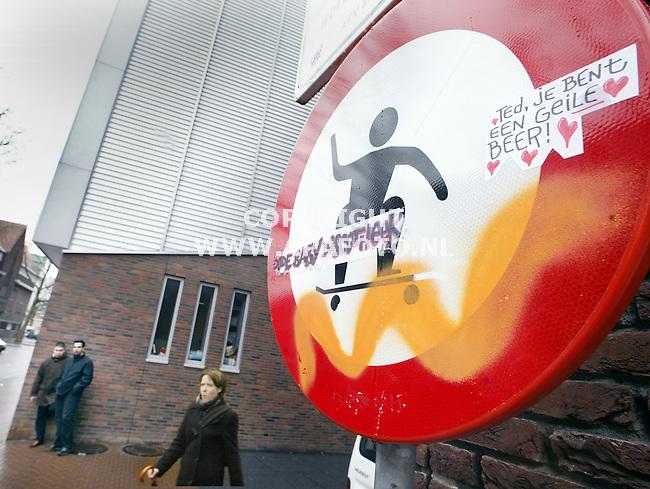 Nijmegen, 090104<br />Met een verbodsbord wordt de skater geweerd uit het centrum van Nijmegen.<br />Foto : Sjef Prins - APA Foto