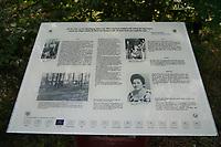 """Mörfelden-Walldorf 05.07.2020: Protest am Horvath-Zentrum <br /> 4. Tafel des historischen Lehrpfade """"Das Lager""""<br /> Foto: Vollformat/Marc Schüler, Schäfergasse 5, 65428 R'eim, Fon 0151/11654988, Bankverbindung KSKGG BLZ. 50852553 , KTO. 16003352. Alle Honorare zzgl. 7% MwSt."""