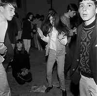Le groupe LES STRATONES fait danser la foule au son de la musique Yeye, en mai 1966 (date exacte inconnue)<br /> <br /> <br /> PHOTO : Agence Quebec Presse<br /> - Photo Moderne