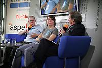 """Kathrin Passig und Aleks Scholz stellen ihr Buch """"Lexikon des Unwissens"""" auf dem """"blauen Sofa"""" der Frankfurter Buchmesse vor"""
