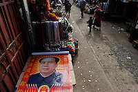 CHINA Yunnan, Yongningxiang, home of the ethnic minority Mosuo who are buddhist, poster of Mao Zedong at market  / CHINA Yunnan, Yongningxiang, Heimat der ethnischen Minderheit Mosuo, die Mosuo sind Buddhisten