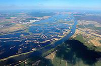 Nationalpark Unteres Odertal: EUROPA, DEUTSCHLAND, BRANDENBURG (EUROPE, GERMANY), 05.04.2012 Der Nationalpark Unteres Odertal ist ein 1995 gegruendeter Nationalpark in Deutschland. Er liegt am Unterlauf der Oder im Nordosten Brandenburgs, im Landkreis Uckermark und umfasst eine Flaeche von 10.500 ha. Umgeben wird der Nationalpark auf deutscher Seite von dem 17.774 ha großen Landschaftsschutzgebiet Nationalparkregion Unteres Odertal. Der Nationalpark bildet mit dem angrenzenden polnischen Landschaftsschutzpark Unteres Odertal (Park Krajobrazowy Dolina Dolnej Odry, ca. 6.000 ha) und dem Zehdener Landschaftsschutzpark (Cedynski Park Krajobrazowy, ca. 30.850 ha) und dessen Schutzzone eine raeumliche Einheit..Seit den Erklaerungen und Beschluessen des Deutsch-Polnischen Umweltrates von 1992 wird das Gebiet mit seinem zentralen Teil zwischen der Hohensaaten-Friedrichsthaler Wasserstraße und dem Oderlauf, einschliesslich des angrenzenden Gebietes auf der deutschen Seite und des Zwischenstromlandes zwischen Ost- und Westoder von Widuchowa (Fiddichow) bis zum Skosnica-Kanal (Kluetzer Querfahrt) auf der polnischen Seite als grenzueberschreitendes Schutzgebiet betrachtet und traegt den Namen Internationalpark Unteres Odertal. Die grenzueberschreitende Schutzzone umfasst insgesamt eine Flaeche von 1.172 km² und erstreckt sich sowohl auf deutscher als auch auf polnischer Seite entlang der Oder ueber gut 60 km Laenge