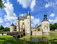 France, Loiret (45), Chilleurs-aux-Bois, château et jardins de Chamerolles, le châtelet d'entrée avec pont-levis