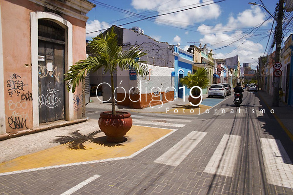 Recife - PE, 07/04/2021 - Imagens das pinturas coloridas no chão do centro do Recife, nesta quarta (07). A Prefeitura do Recife, por meio da Secretaria de Política Urbana e Licenciamento (Sepul) e da Autarquia de Trânsito e Transporte Urbano (CTTU), entregou mais áreas de trânsito calmo em espaços públicos garantindo mais segurança viária, as pinturas coloridas no chão ampliam os espaços de pedestres, a vias são redesenhadas de forma que induza os veículos a trafegarem com velocidade reduzida, especialmente as motocicletas, com áreas de pedestres colocadas de forma alternada.