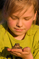 Mädchen, Kind mit einer Erdkröte auf der Hand, Kröte, Kröten, Bufo bufo, European common toad