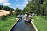 Grossbritannien, England, Berkshire, Kennet and Avon Kanal bei Newbury: traditionelles Binnenschiff macht in einer Schleuse fest | Great Britain, England, Berkshire, Kennet and Avon Canal, traditional canal barge entering Lock