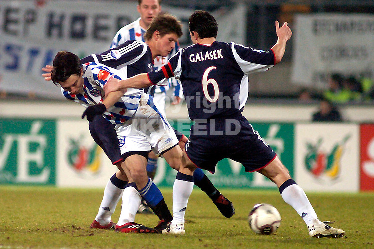 heerenveen - ajax  02-02-2006 kwartfinale gastorade cup seizoen 2005-2006 pranjic tussen galasek en huntelaar