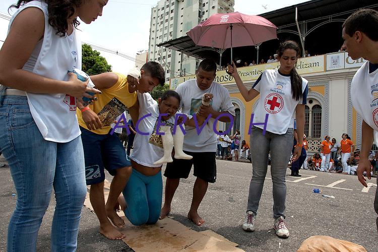 promesseiros fazem o percurso de joelhos  em pagamento por uma graça alcançada durante o Círio em homenagem a Nossa Senhora de Nazaré.<br /> 14/10/2012<br /> Belém, Pará, Brasil.<br /> Foto Paulo Santos/Interfoto