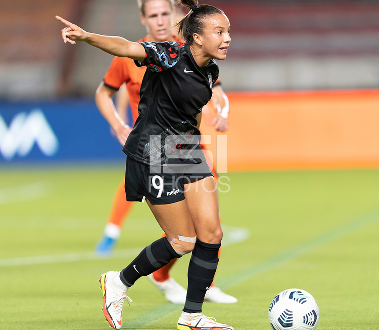 HOUSTON, TX - SEPTEMBER 10: Mallory Pugh #9 of the Chicago Red Stars directs her teammates before passing the ball during a game between Chicago Red Stars and Houston Dash at BBVA Stadium on September 10, 2021 in Houston, Texas.