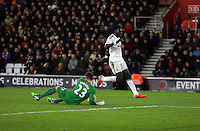 Pictured: Bafetimbi Gomis of Swansea (R) fails to catch a cross, Southampton goalkeeper Fraser Forster (L) catches the ball Sunday 01 February 2015<br />