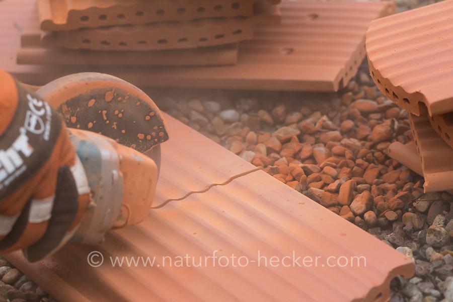 Wildbienen-Nisthilfe aus Strangfalzziegel, Strangfalzziegel, Tonziegel mit Hohlräumen, Biberschwanz, Dachziegel. Schritt 1: Strangfalzziegel wird mit Flex, Winkelschleifer, Trennschleifer halbiert, so dass jeweils 2 etwa 20 cm lange Stücke entstehen. Wildbienen-Nisthilfen, Wildbienen-Nisthilfe selbermachen, selber machen, Wildbienenhotel, Insektenhotel, Wildbienen-Hotel, Insekten-Hotel