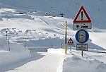 Italien, Suedtirol (Alto Adige), Jaufenpass (bei 2.000 m) im Winter, Hinweiszeichen fuer Schneeketten, Winterausruestung, Schneeraeumung | Italy, Alto Adige (South Tyrol), pass road Monte Giovo, sign for snow chains