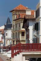France, Pyrénées-Atlantiques (64), Pays-Basque, Saint-Jean-de-Luz , les  villas du front de mer sur la digue,  // France, Pyrenees Atlantiques, Basque Country, Saint Jean de Luz, the  beachfront villas on the seafront