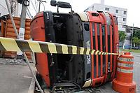 18.10.2019 - Caminhão tombado na av Presidente Wilson em SP