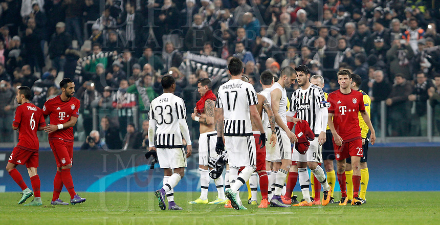 Calcio, andata degli ottavi di finale di Champions League: Juventus vs Bayern Monaco. Torino, Juventus Stadium, 23 febbraio 2016. <br /> Juventus and Bayern players greet at the end of their Champions League round of 16 first leg soccer match at Turin's Juventus Stadium, 23 February 2016. The game ended 2-2.<br /> UPDATE IMAGES PRESS/Isabella Bonotto