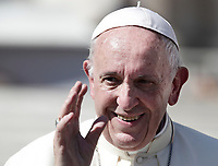 Papa Francesco saluta i fedeli al termine dell'udienza generale del mercoledi' in Piazza San Pietro, Citta' del Vaticano, 4 ottobre, 2017.<br /> Pope Francis greets faithful at the end of his weekly general audience in St. Peter's Square at the Vatican, on October 4, 2017.<br /> UPDATE IMAGES PRESS/Isabella Bonotto<br /> <br /> STRICTLY ONLY FOR EDITORIAL USE