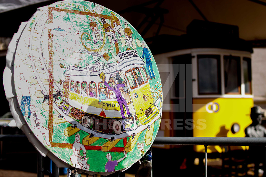"""SAO PAULO, SP - 21.06.2017 - TURISMO-SP - Vista do bondinho """"Prazeres 28"""", ícone de lisboa exposto em frente a prefeitura de São Paulo na tarde desta quarta-feira (21), no centro da capital paulista. A exposição é uma ação conjunta do ministério do turismo de Portugal com a TAP, promovendo um pouco da cultura portuguesa em São Paulo.<br /> <br /> (Foto: Fabricio Bomjardim / Brazil Photo Press)"""